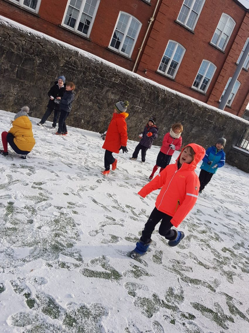 Ag Súgradh sa Sneachta i Rang 2 Seomra 1/ Playing in the Snow in Rang II Seomra 1
